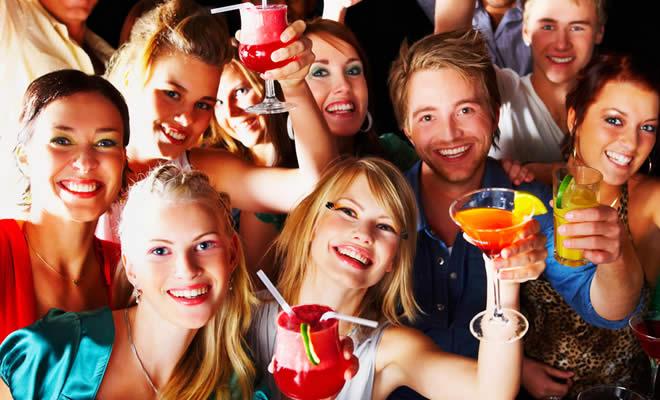 DRINK DELLE FESTE: COSA BERE PER NON DISTRUGGERSI TROPPO